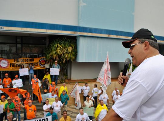 INSS00 Manifestação em frente o INSS em São João da Boa Vista