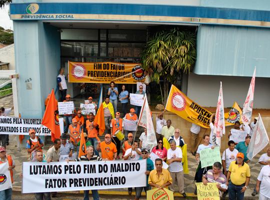 INSS01 Manifestação em frente o INSS em São João da Boa Vista