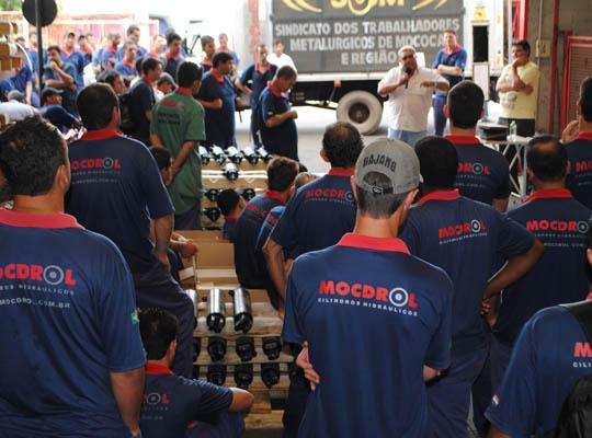 assMoc01 Em assembleia os empregados rejeitam proposta de Acordo de Horário na Mocdrol