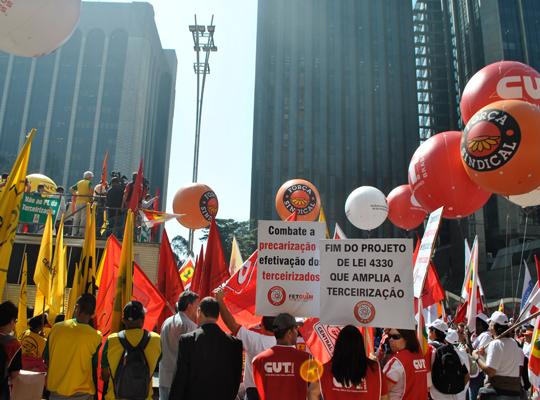 atopaulista01 Metalúrgicos de Mococa participam de manifestação contra projeto de terceirização em frente a Fiesp