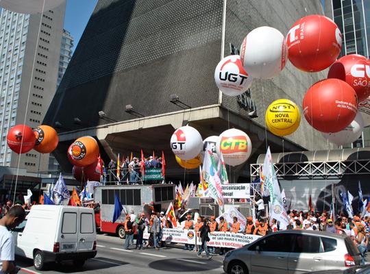 atopaulista04 Metalúrgicos de Mococa participam de manifestação contra projeto de terceirização em frente a Fiesp