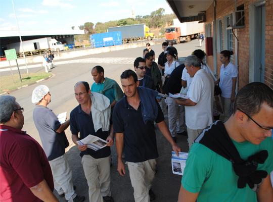 metago01 Panfletagem na porta das fábricas de Mococa e região