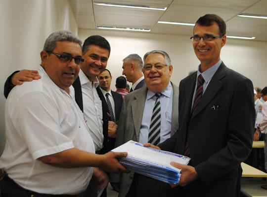 pauta002 Campanha Salarial 2013    Metalúrgicos do Estado de São Paulo entregam Pauta de Reivindicações à FIESP